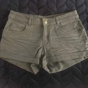 Snygga militär/gröna cargo shorts 😍 Knappt använda, är som nya! Strl 34! Frakt tillkommer ❣️