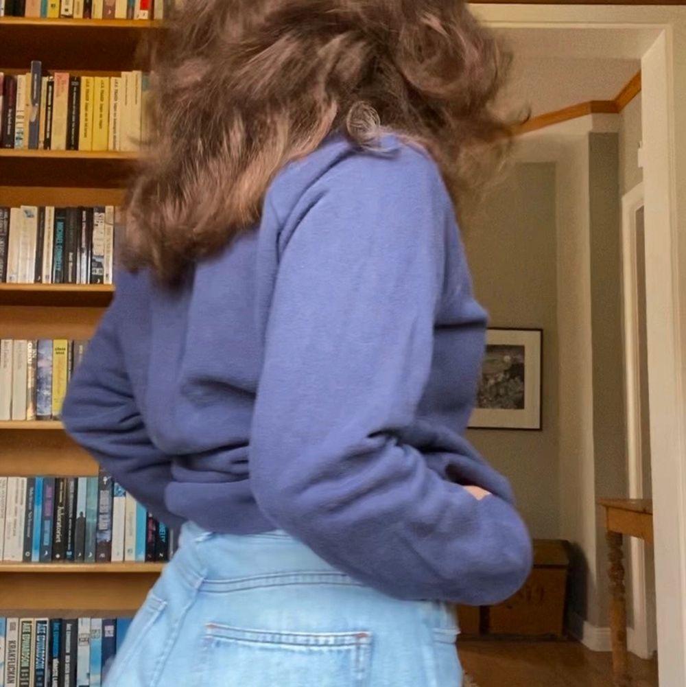 Mörkblå crewneck från gant. Använt skick, men fortfarande mjuk. Färgen är mer som på andra bilden.. Tröjor & Koftor.