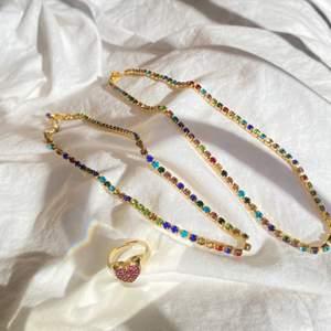 Säljer dessa superfina halsband och ringar! Perfekt nu till våren, kompletterar din outfit!
