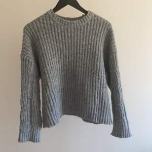 Supervarm och mysigt stickad tröja i en fin grå färg. Säljer då jag har för många stickade tröjor.