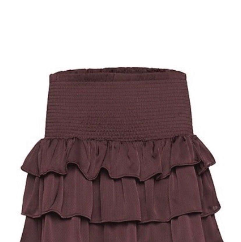 Säljer den här jätte fina volang kjolen som jag tyvär inte fått användning för. Den är i nyskick då jag endast använt den 2 gånger. Storlek 14 år och den passar nog en XS. Köparen betalar frakt eller så möts vi upp i Sundsvall. Nypris ca 600-700kr. Kjolar.