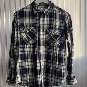 """Säljer denna """"vintage"""" flanel skjorta i väldigt bra skick! Kom med bud i komentarerna om ni är intresserade!"""