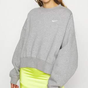 Super fin nike tröja med prislapp💜 Storlek M. 💜 Helt ny oanvända, säljes pga fel storlek. Tröjan passar S-L (beror på hur tröjan ska använda)