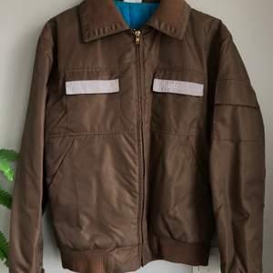 Aldrig använd och i nyskick!! Snygg jacka från märket WEZC köpt några år sedan men aldrig använd och säljer därför. Kan mötas upp annars tillkommer frakt