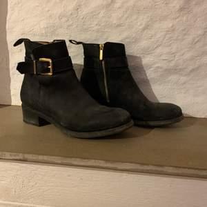 Svarta skor från Novita, storlek 40. Dragkedja på insidan. Fint skick. 500kr eller bud, köpare står för frakt.