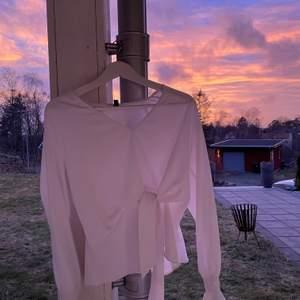 Fin vit blus från H&M. Använd men i väldigt bra skick! Köparen står för frakten💕