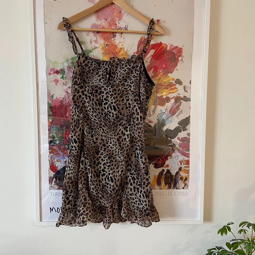 Snygg klänning i leopardmönster, använd en gång 🐆 . Klänningar.