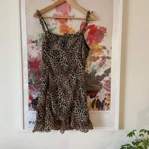 Snygg klänning i leopardmönster, använd en gång 🐆