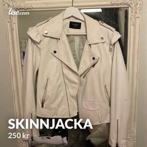 Väldigt populär vit skinnjacka! Den är liten i storleken därav storleken L men är passformen S/M! 250kr plus frakt 📦