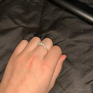 Jättefin ring med vita pärlor