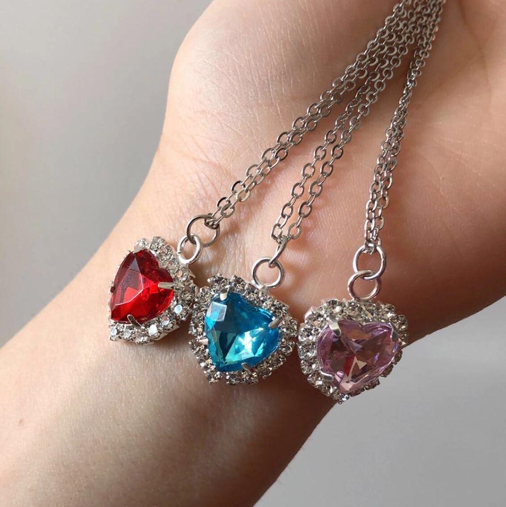 Tre vackra halsband i ljusblå,ljusrosa och vinröd, säljs styckvis.💕. Accessoarer.