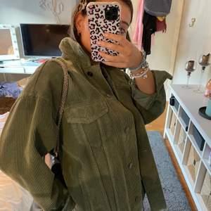 Säljer denna Manchester jacka från zara i en så cool grön färg. Perfekt nu till vår! Skriv för mer info❤️