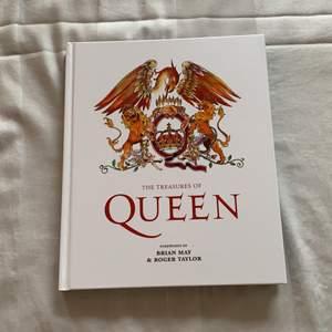"""Säljer """"The Treasures of Queen"""" som nyligen släpptes. Har inte läst den och säljer den för 100kr!"""