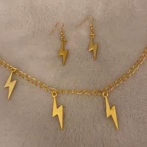 Blixtset finns nu att köpa i både silver och guld för 120kr! Vill du köpa enstaka smycke?  Halsband med 3 berlocker 69kr Halsband med 5 berlocker 79kr Armband med 3 berlocker 59kr Armband med 5 berlocker 69kr Örhänge: 59kr