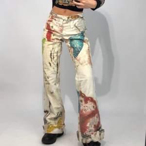 Säljer dessa sjuka byxor köpta på depop från Roberto Cavalli köpta för en bit över tusen lappen 😍Helt galet snygga och rare  🌺 de är i italiensk storlek 46. Så snygga men tyvärr lite stora på mig 😢❤️❤️❤️Ingen budgivning först i kvarn. Köpta för 1450kr ,,,Innerbensmåttet är 85 cm