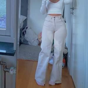 Beige jeans som sitter jättebra!! Älskar dom men har för många jeans. Köpt på Zalando , nyskick