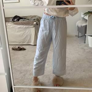 randiga pyjamasbyxor ifrån h&m 💙💙💙💙💙 de är korta i modellen!!