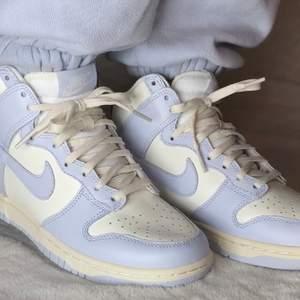 Säljer dessa snygga dunks high football grey.  Dessa snygga skor kostar endast 1400kr billigaste du hittar på marknaden och har storleken 41. Skorna är 100% äkta och kvitto medföljer. Köparen står för bekostnaden eller mötas i Örebro/Lindesberg. Har du några frågor så är det bara att fråga