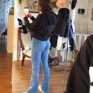 Supersnygga blå bootcuts som sitter som en smäck!🤩 De är i storlek 34, men skulle inte säga att de är supersmå🌸Nästintill oanvända😇