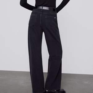 Snyggaste Zara jeansen med vida ben😍 strl 40 o sitter så snyggt oversized och lite lågmidjat på mig som har strl 36/38. Aldrig använda