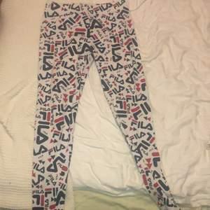 Skit snygga Fila leggings, helt oanvända. Köpte dem på selpy men passade inte så lappen är kvar🦕💕