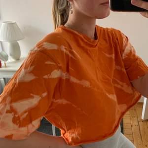 Hammagjord batiktröja som klippts av och blekts superfint! Originalet är en t-shirt från dressman i XXL men passar alltifrån XS-L beroende på önskad passform!:)