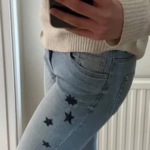 """Säljer ett par super coola korta bootcut jeans som jag ritat """"stjärnor"""" på själv! Hör av er för mer bilder🤩😚"""