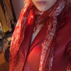 Scarf med fint mönster! Går o använda hur som helst, själv har jag haft den som topp bla! Snygg scarf till våroutfitsen