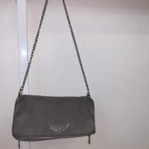 Grå Zadig väska köpt för kanske 1 månad sen runt 3000kr. 🤍 Säljer för att jag ska köpa en annan väska. Kom privat för fler bilder. Högsta bud vinner 💞