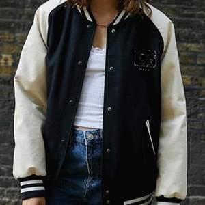 Säljer denna super coola jacka från Urban outfitters i super fint skick, sparsamt använd. Skriv till mig för mer info och fler bilder. (Pris går att diskutera)