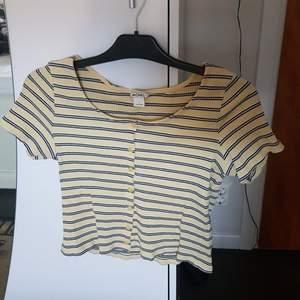 En väldigt söt randig gul tröja med knappar från Monki! Säljer eftersom den tyvärr är för stor för mig. Använd ett fåtal gånger.