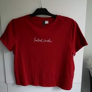Lite kortare Vanlig t-shirt. Röd fin färg med