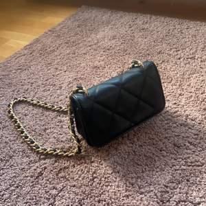 Nu säljer jag min fina väska från Gina Tricot. Väskan är köpt i Augusti 2020 från Zalando. Den är endast använd 1 gång därav fortfarande vid bra skick, på bild 2 kan man se en liten defekt i form av en fläck. Kontakta gärna mig för fler bilder!💕 orginal pris 350kr. Köparen står för frakt