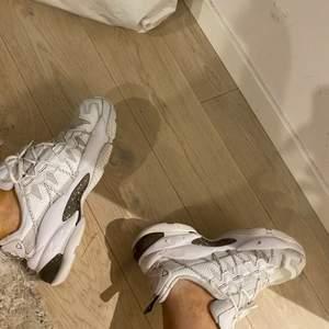 Skor från puma i storlek 38,5. Använt dem en del i början men ej kommit till någon användning. Dem är i helt okej skick, lite slitna vid hälen men inget man lägger märke till så mycket. Tvättade skor så dem är så rena å fräscha dem kan bli.