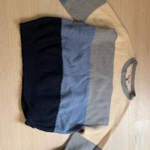 En skön stickad tröja som jag säljer för att den ej kommer till användning. Den sticks inte och är väldigt skön! Den är i storlek S och är inte mycket använd!💕 köp direkt vid 200kr