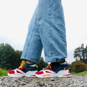 Ett para supersnygga färgglada chunky sneaker från ABO!! 👟Storlek 39👟.  Priset är inklusive frakt 📦