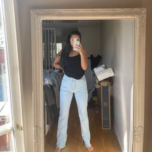 Hanna schönbergs jeans som hon gjorde tillsammans med NAKD, slit längst ner på båda benen och lite fransiga #jeans #nakd #hannaschönberg storlek 38 men passar 36 också