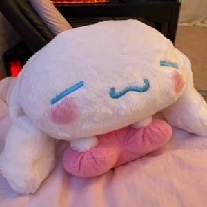 Stor mysig Cinnamoroll (15 års jubileum) plush köpt i Japan! Nyskick då den bara chillat på sängen💕  !!! 250+frakt !!!