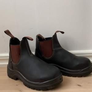 Varma och tåliga vinter skor från Howler! Aldrig använda, alltså i nyskick! Storlek 37! Köpta för runt 800 kr (kommer inte riktigt ihåg). Säljer för 500 inklusive frakt :)