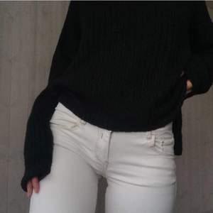 """""""OffWhite"""" tight jeans med snygga detaljer i sömmen till skillnad från """"standard"""" vita jeans. Jag gillar dem här för att dem är lite tjockare jeansmaterial, att dem känns som """"riktiga jeans"""". Lite lägre i midjan, sitter som en smäck på rumpan och runt låren. Snyggt att variera med vita jeans med mer """"unika"""" detaljer istället för standarden som man ser överallt.. Perfekt med en stickad oversized tröja, en kappa med feta stövlar 👢 och du har en grym october outfit👀"""