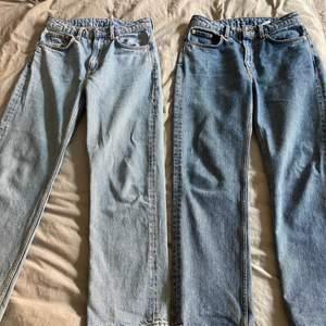 Två par jeans från Weekday i samma modell. Ett par ljusgrå och ett par lite mörkare. Bra skick, tvättade 3 gånger. Båda för 300kr eller ett par för 190kr . Modellen heter Voyage.