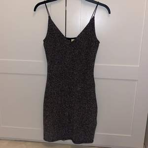 Glittrig fin klänning från h&m i storlek 34/XS passa även S eftersom den har ett stretchigt material. Den är jätte fin på och formar kroppen. Använde den under endast ett nyårsfirande