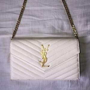 Säljer min ysl väska nu pga flytt rensning, den är i nyskick och har inget slitage. Nypris ca 9000 säljer den nu för mycket billigare då jag behöver bli av med den😄 pris kan diskuteras 🥰 Väskan är vit med guld detaljer, kedjan kan förlängas