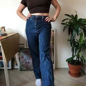 Långa jeans med metall detaljer. Lite 60 tals vibe. Som nya!