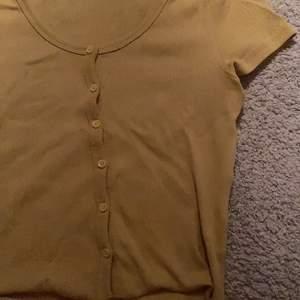 Säljer denna gula tröja från Gina💗