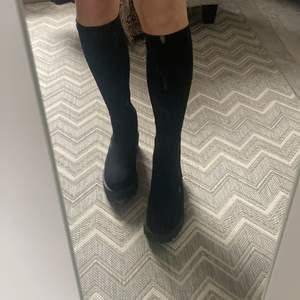 Säljer dessa fina stövlar ifrån Attitude i strl 39! Tyg som går upp längst benen vilket gör dom så snygga men används inte! Snygg chunky modell och sula!      Hör av er för fler bilder💕💕