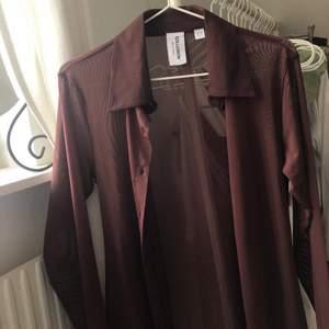 Superfin brun mesh-skjorta från collusion som tyvärr inte kommer till användning! Enbart använd en gång och därav mycket bra skick! Storlek 32 men skulle säga att den passar upp till 36 beroende på passform. Frakt tillkommer🤎