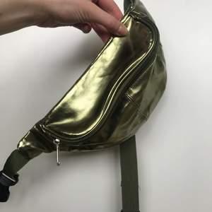 Skimrande magväska i en ljuvlig grön färg 😍 Justerbart band.