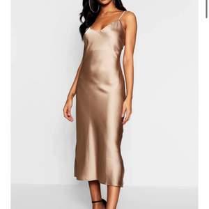 Skitsnygg slipklänning. Blev för liten på mig så jag får sälja den tyvärr. Den är helt ny, endast provat klänningen. Materialet är satin och går ner till smalbenet på mig som är ungefär 167cm. Nypris 270kr. Köparen står för frakt. Budgivning vid många intresserade. Minst 10kr tillägg.