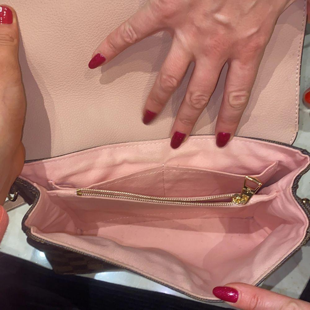 louis vuitton väska, en 1.1 kopia i äkta läder! på andra bilden ser man lite att guldet försvunnit men inget som märks av!💓. Väskor.